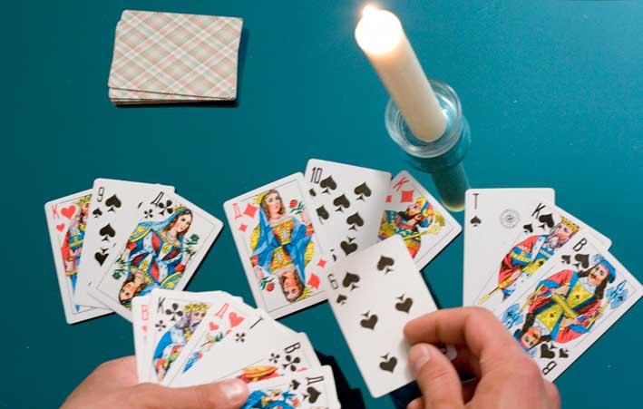 Карты игральные и свеча