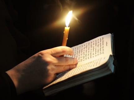 Молитва со свечой и книгой