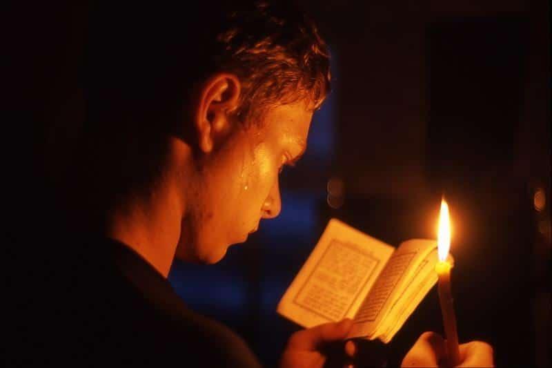 Человек за молитвой