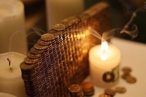Свеча и монеты