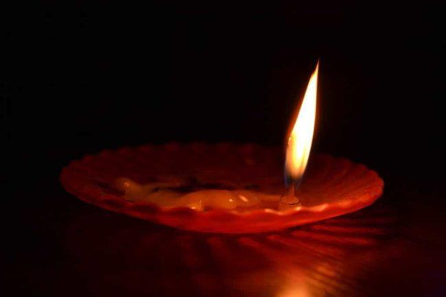 свеча догорает