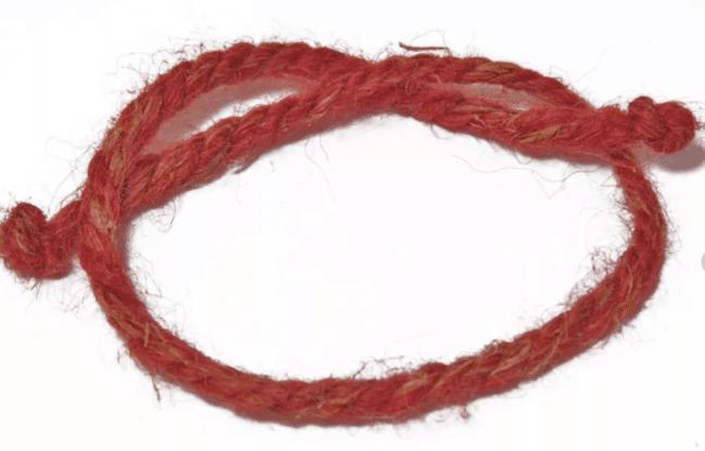 Заговор на красную нить — читаем в домашних условиях