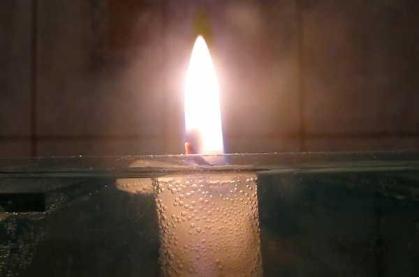 вода и свеча